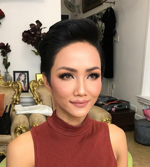 Hình ảnh mới nhất của Hhen Niê sau đêm đăng quang Hoa hậu Hoàn vũ Việt Nam 2017.