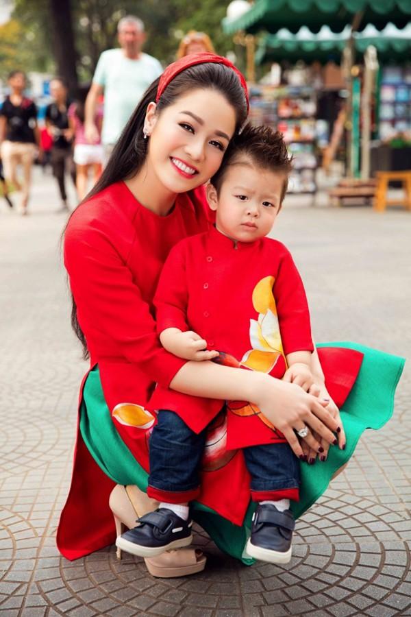 Nhật Kim Anh và con trai.