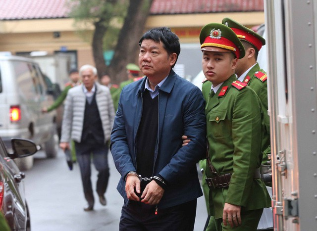 Bị cáo Đinh La Thăng được dẫn giải tới tòa. Ảnh: TTXVN