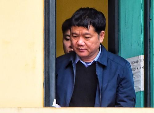 Bị cáo Đinh La Thăng được đưa vào phòng cách ly trong phần xét hỏi. Ảnh: VnExpress