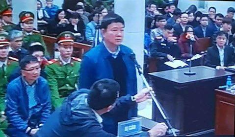 Ông Đinh La Thăng trả lời tại Tòa sáng nay. Ảnh: Chụp màn hình