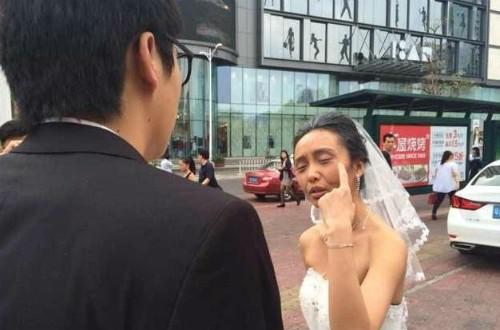 Một cô gái hoá trang thành bà lão để thử lòng người yêu trước cưới nhưng hành động này khiến chàng trai bị tổn thương lòng tự trọng nên đã bỏ cô gái ngay ngày chụp ảnh cưới. Ảnh: Weibo.