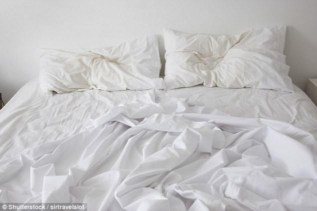 Giặt drap giường ít nhất mỗi tuần 1 lần làm sạch hoàn toàn các tế bào da chết, vi khuẩn không mong muốn và mạt bụi. (Ảnh: dailymail)