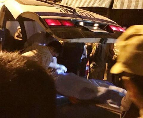 Thi thể nạn nhân đưa ra khỏi hiện trường sau khi đã khám nghiệm. Ảnh: NLĐ
