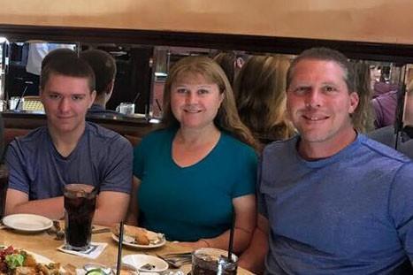 Scott Kologi (trái) và cha mẹ. Ảnh: FACEBOOK