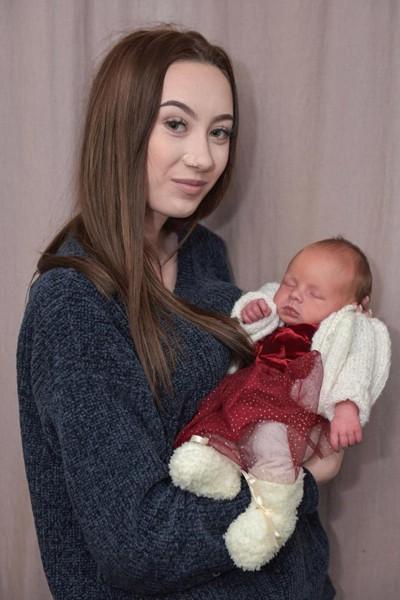 Dannie hạnh phúc bên con gái Jasmine, hiện 2 tuần tuổi. Ảnh: Caters