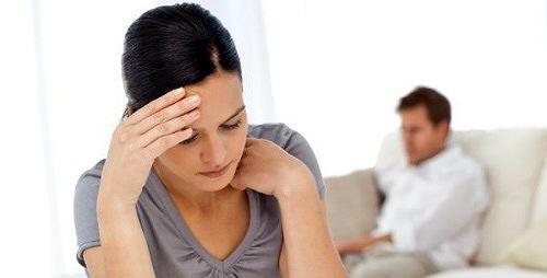 Nhiều lúc Thu chỉ muốn tìm tới cái chết vì chồng cô suốt ngày lăng nhăng. Ảnh: I.T