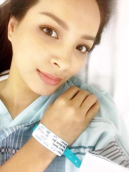 Thúy Hạnh đang nằm trong phòng hồi sức sau ca mổ cắt bỏ toàn bộ tử cung.