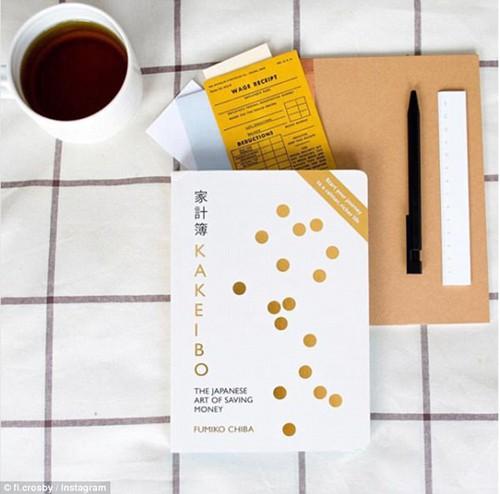 Sổ chi tiêu đang quay trở lại với các gia đình Nhật thời gian gần đây, bởi người ta nhận ra dù cho đang ở thời đại công nghệ nhưng không gì tốt hơn làm việc với các con số là trên những trang giấy. Ảnh: Whimn.