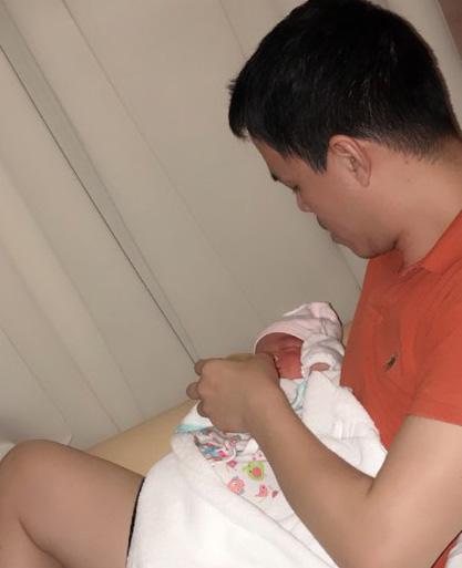 Khoảnh khắc chồng người đẹp Sang Lê cho con bú.