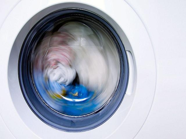 Sau khi giặt xong, bạn nên mở nắp máy giặt để không khí được lưu thông, giúp lồng giặt luôn khô thoáng và loại bỏ độ ẩm trong máy.