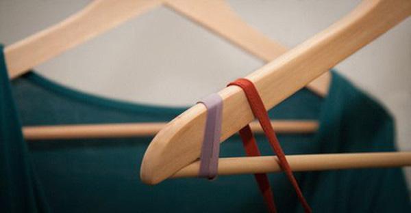 Làm thế nào để phơi áo hai dây khi móc áo quá trơn? Hãy buộc sợi dây thun vào cuối móc áo và cứ thản nhiên phơi cho khô, không cần lo lắng.
