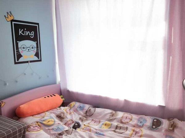 Giường được di chuyển đến cạnh cửa sổ đầy ánh nắng, chiếc giường xinh xắn như giường của công chúa vậy.