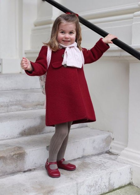 Công chúa Charlotte tươi tắn ngày đầu đến trường.