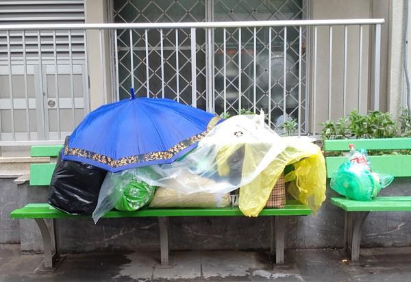 Trưa ngày 9/1 tiết trời Hà Nội dù đã ngớt mưa phùn nhưng nền nhiệt vẫn thấp, gió thổi mạnh khiến rất nhiều người nhà bệnh nhân đang chăm sóc tại BV Bạch Mai vô cùng khổ sở. (Ảnh: Lê Bảo).