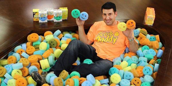 Aaron Krause và những miếng xốp rửa bát Scrub Daddy nổi danh khắp thế giới.