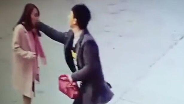 Người đàn ông bất ngờ lao tới đánh đập cô Xiao Li.
