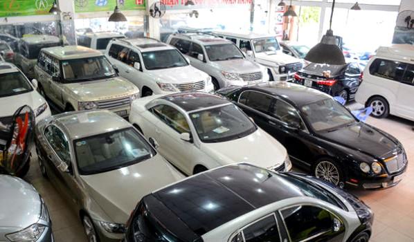 """Xe cũ khan hàng Tại cửa hàng bán xe OTC trên đường Phạm Hùng, Cầu Giấy, Hà Nội cũng tương tự, gian trưng bày có 9 xe thì 6 xe đã có người mua, đang chờ giao, chỉ còn 3 chiếc cỡ nhỏ chưa có khách.  Ông chủ cửa hàng cho biết, mấy ngày nay đi tìm mua xe cũ mà không được chiếc nào. Một phần là xe không đẹp, một phần là giá cao, không mua được. Mua lại của các cửa hàng kinh doanh xe cũ khác thì giá cao ngang giá bán lẻ, lấy không có lãi.  Ông cho hay: Thấy nhu cầu xe cũ tăng cao, nhưng không thể làm gì được do nguồn cung không có. Tôi đã lên tận Hòa Bình, vào Nghệ An, xuống Hải Phòng cũng không kiếm đâu được những chiếc xe cũ ưng ý.  Xe nhập khẩu không về do bị vướng Giấy chứng nhận chất lượng kiểu loại, theo quy định tại Nghị định 116 của Chính phủ. Các DN nhập khẩu ô tô đến nay vẫn chưa biết giấy nào sẽ được chấp nhận và cũng chưa xin được, vì vậy đã hủy hàng loạt đơn hàng nhập khẩu ô tô mới vào đầu năm 2018. Xe nhập khan hàng, giá tăng, không đủ đáp ứng nhu cầu.  Nhiều khách hàng chờ đợi sang năm 2018 ô tô giá rẻ tràn vào sẽ mua, nay không có đã chuyển sang mua xe sản xuất lắp ráp trong nước và xe cũ. Chính vì vậy, nhu cầu về xe cũ tăng cao, thị trường xe cũ không đáp ứng kịp.  Giá tăng  Giá bán xe cũ đã tăng lên. Một chiếc xe cũ có giá bán 500 triệu đồng, nay tăng thêm khoảng 15-20 triệu đồng so với cách đây 2 tháng. Với dòng xe to, cao cấp như Toyota Land Cruiser hay Lexus,... giá tăng gần 100 triệu đồng mỗi chiếc.  Khách hàng tìm kiếm nhiều nhất là xe cũ nhập khẩu nguyên chiếc. Đặc biệt, những chiếc xe có giá từ 700-900 triệu đồng được nhiều người quan tâm nên luôn trong tình trạng khan hiếm.     Mua xe cũ chơi Tết, tốn thêm cả trăm triệu đồng   Chẳng hạn như dòng Huyndai Santa Fe, đời 2010, 2011 xe nội địa, nhập khẩu Hàn Quốc, đã chạy khoảng 100.000 km, đến nay cửa hàng nào còn xe đều """"hét"""" giá lên tới 800 triệu đồng.  Giá mua xe cũ cũng tăng lên. Một chiếc Ford Focus đời 2011, số tự động, chạy gần 100.000 km, trước đây giá chỉ khoảng 300 triệu đồng, nay người bán"""