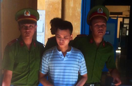 Bị cáo Nguyễn Nghĩa bị áp giải sau phiên tòa.