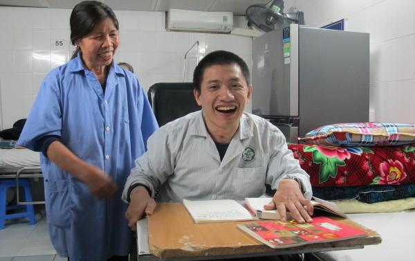 Anh Hải cùng mẹ tại Trung tâm Phục hồi chức năng, Bệnh viện Bạch Mai. Ảnh: Nam Phương.