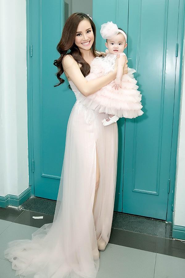 Vy Oanh xuất hiện ở hậu trường chương trình Thay lời muốn nói tại Đài truyền hình TP HCM tối 14/1 cùng con gái. Bé mới được 6 tháng tuổi.