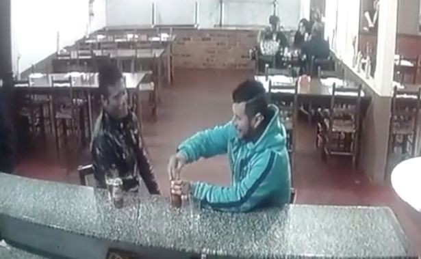 Ngồi uống bia, bị sát thủ nã liên tiếp 3 phát vào đầu