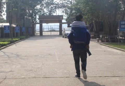 Hình ảnh cậu học trò Ngô Minh Hiếu trở thành đôi chân đưa bạn khuyết tật Nguyễn Tất Minh hàng ngày đến trường, khiến bạn bè và thầy cô khâm phục. Ảnh: Giáo Dục Thời Đại.