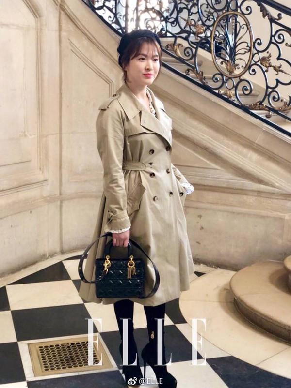 Song Hye Kyo xuất hiện với chiếc áo khoác khá rộng, che khéo phần bụng.