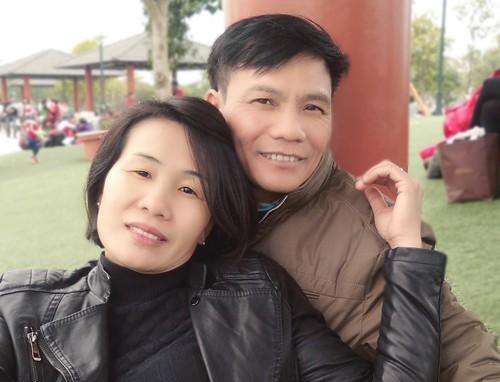 Anh Thứ đã tìm hiểu về ung thư suốt một tháng và học được cách chăm sóc vợ. Nhờ đó, chị Toan có sức khoẻ tốt sau những lần xạ trị. Ảnh: NVCC.