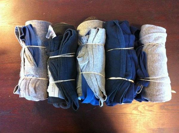 Để tiết kiệm không gian vali khi đi du lịch, bạn có thể cuộn tròn quần áo lại rồi buộc bằng sợi dây thun.