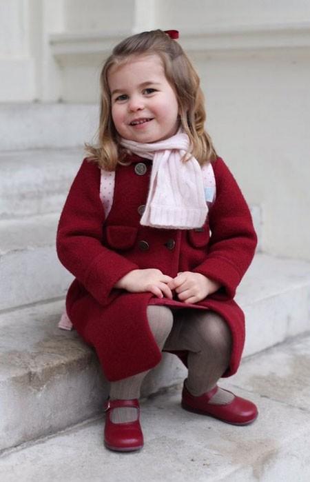 Chiếc áo khoác của công chúa ngay lập tức trở thành item hot cho các bà mẹ săn lùng.