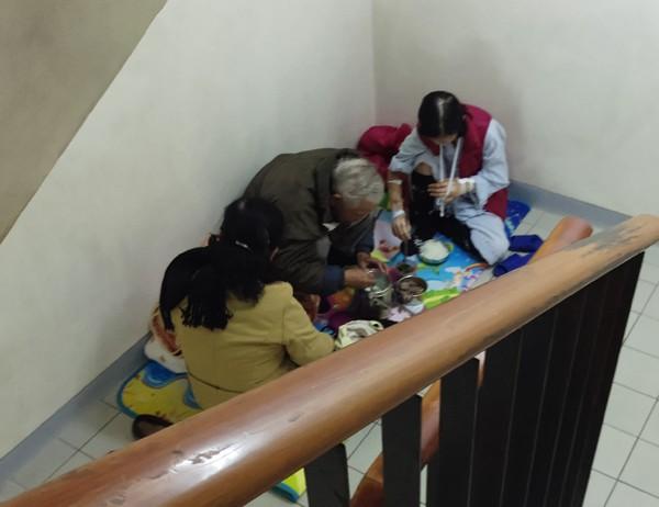 Với những gia đình có bệnh nhân đang điều trị tại đây đã quá khổ vì bệnh tật nay nhiệt độ hạ thấp khiến mọi sinh hoạt gặp nhiều khó khăn. (Ảnh: Lê Bảo).