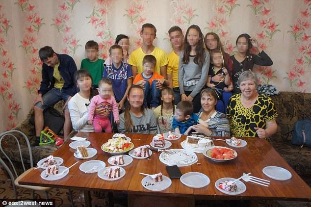 Bức ảnh chụp vợ của Viktor, cô Olga cùng những đứa trẻ mà gia đình nhận nuôi, trong đó có 5 bé gái bị lạm dụng tình dục.