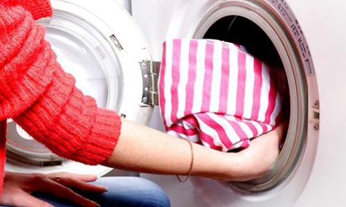 Máy sấy tốn ít điện hơn tủ sấy, không mất thời gian treo, móc đồ, nhưng phải có vị trí để cố định (giống như máy giặt trong nhà), đồng thời có giá thành cao hơn nhiều tủ sấy. Ảnh minh họa: Compact Appliance.