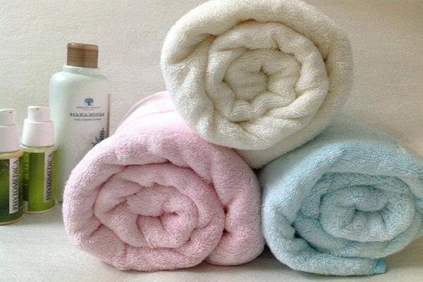 Nếu khăn có quá nhiều mùi hôi và vết bẩn, bạn có thể tìm đến sự trợ giúp của giấm. Hoà tan một nắp giấm với nước sạch rồi ngâm khăn vào hỗn hợp khoảng 5 phút. Sau đó, vò và giặt sạch.