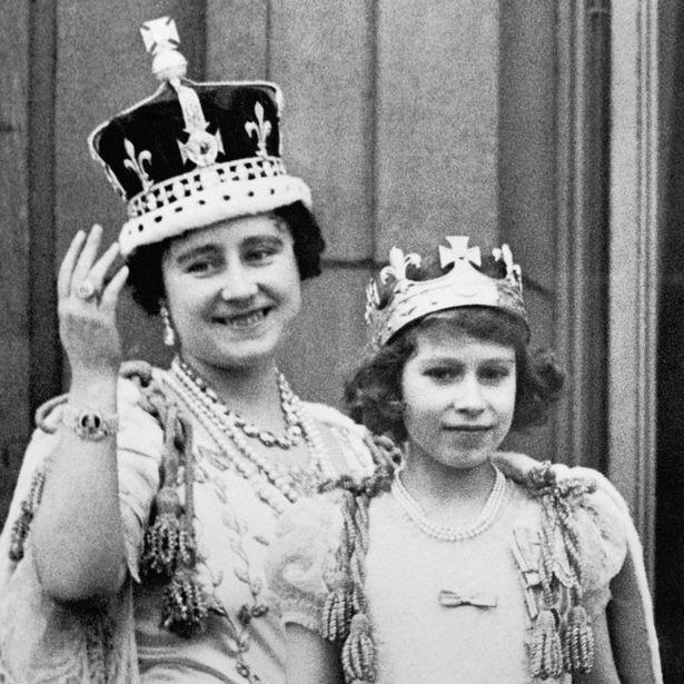 Nữ hoàng Elizabeth cùng mẹ trong lễ đăng quang của vua cha khi còn là cô bé 10 tuổi.