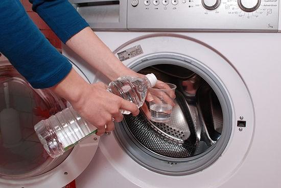 Làm sạch máy giặt từ banking soda, nước và giấm, các bết bẩn sẽ được loại bỏ hoàn toàn.