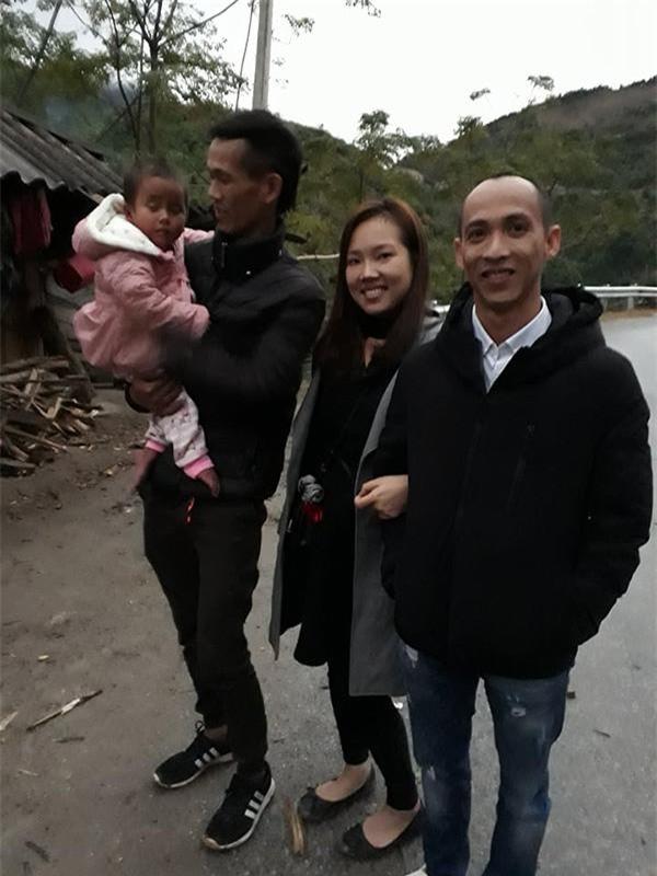 Anh Duẩn (bế bé Pàng) và vợ chồng chị Phương có mặt ở Thanh Hóa để tìm về gia đình xin đưa em đi chữa bệnh. Ảnh NVCC