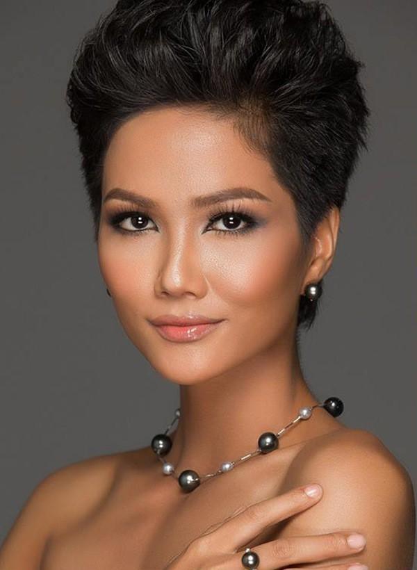 """Vẻ đẹp cá tính, cộng thêm mái tóc tém đi vào lịch sử của các Hoa hậu, H'Hen Niê gần đây đang """"gây sốt"""" cộng đồng mạng."""