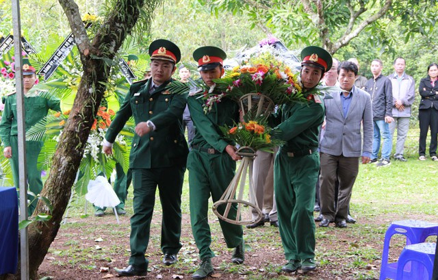 Dâng hoa viếng hương hồn thiếu tướng Y Blốk Êban.