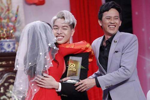 Hoài Linh (phải) và Phi Nhung (trái) trao cúp cho Đức Phúc.