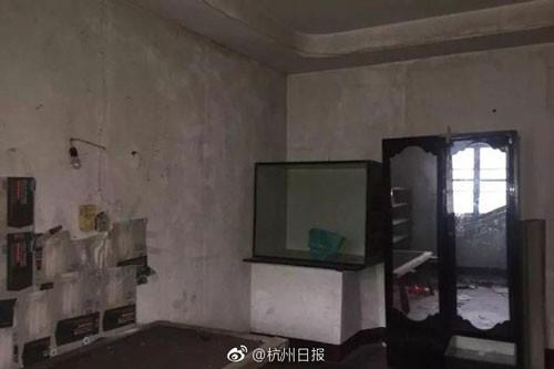 Bên trong ngôi nhà tường gạch mốc meo, đồ đạc không có gì. Ảnh: Sina.