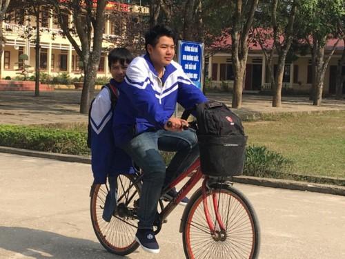 Hàng ngày, bất kể mưa hay nắng, cậu học trò Ngô Minh Hiếu đều đến nhà đón bạn đến trường. Ảnh: Giáo Dục Thời Đại.