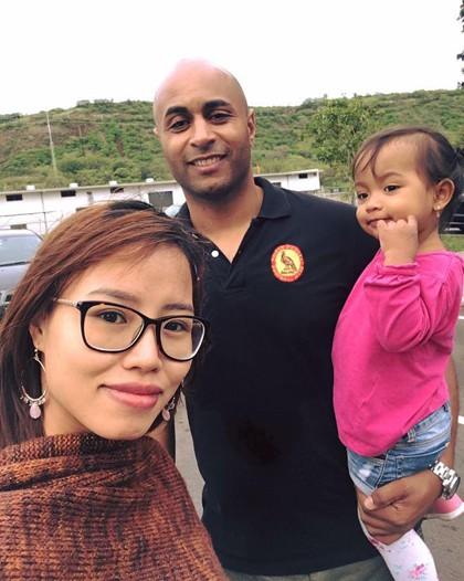 Đam mê du lịch nên anh Coker thích dẫn vợ con đi chơi. Đây là ảnh đôi vợ chồng và con gái 2 tuổi trong chuyến đi Mỹ năm 2017. Ảnh: NVCC.