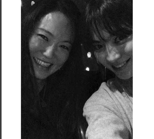 Khi cả hai xuất hiện tại sân bay Paris, Song Joong Ki cũng vô cùng cẩn thận đỡ Song Hye Kyo.