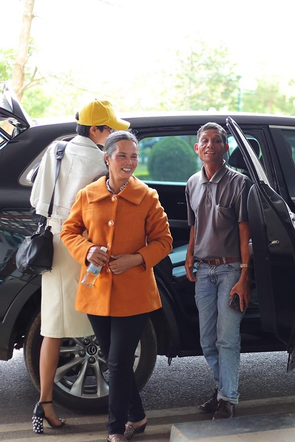 Bố mẹ cũng đi cùng Hen vào Sài Gòn.