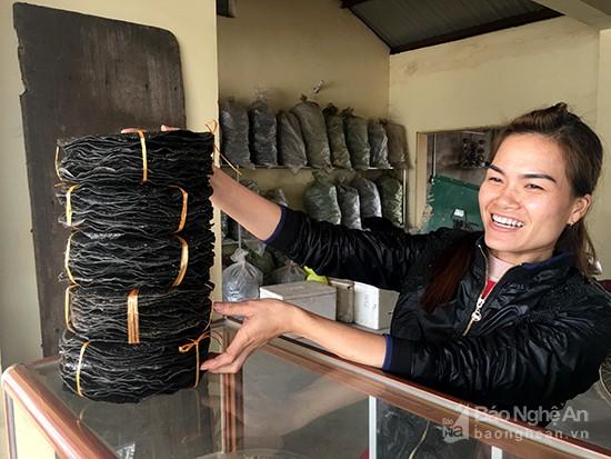 Bánh đa làng Vĩnh Đức được ưa thích còn vì vừng đen trải dày. Ảnh: Lê Ngọc Phương