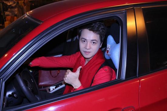Chiếc xe Mercedes màu đỏ có giá 3 tỷ đồng của Đăng Khôi từng gây nhiều sự chú ý. Một số nguồn tin cho biết anh là người đầu tiên sở hữu dòng xe này ở Việt Nam.