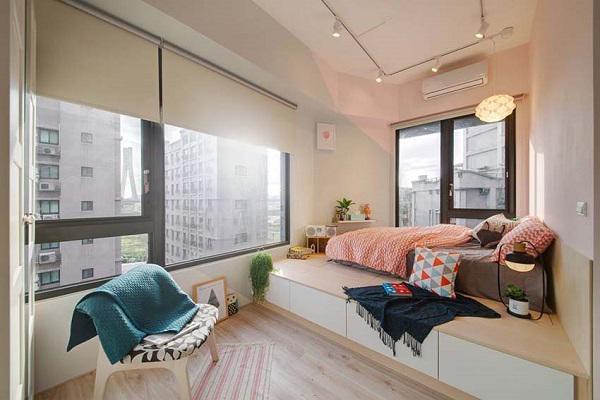 Phòng ngủ của bố mẹ với thiết kế đặc biệt, chiếc đèn đám mây độc đáo làm nổi bật không gian nghỉ ngơi ấm cúng và ngọt ngào của hai vợ chồng.