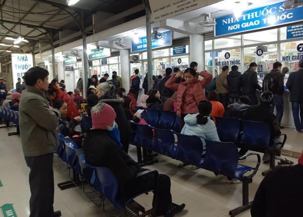 Tại khu vực giao - nhận thuốc hàng trăm người đứng ngồi co ro. (Ảnh: Lê Bảo).